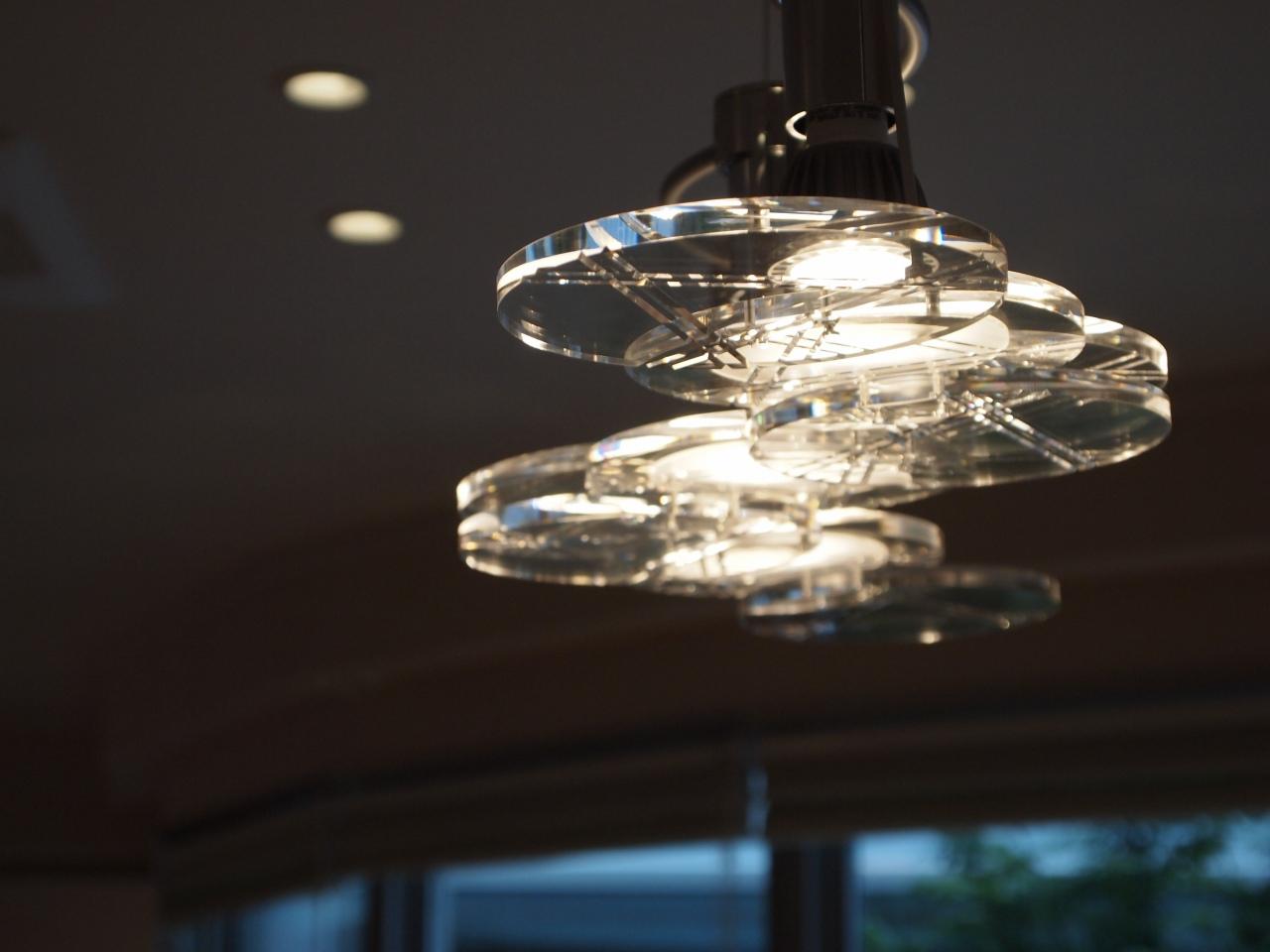 食卓を照らすペンダントライト